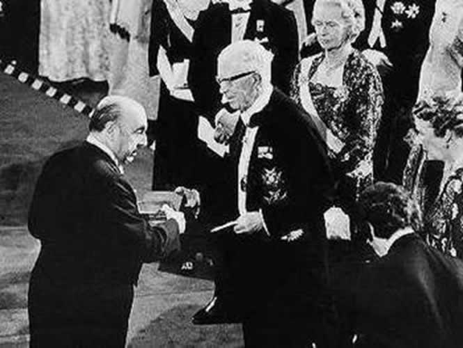 Neruda recibe el Premio Nóbel del rey Gustavo Adolfo
